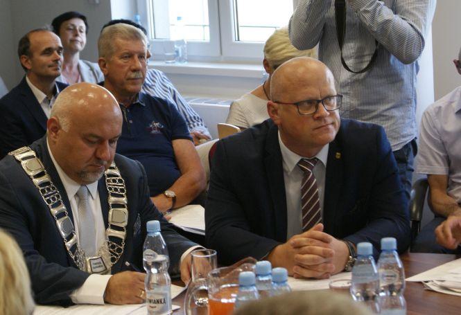 Starosta Jarosław Dudkowiak i wicestarosta Wojciech Borecki podczas sesji absolutoryjnej w Jerzmanowej